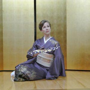 Dance aritst Fujima Sayū poses mid performance